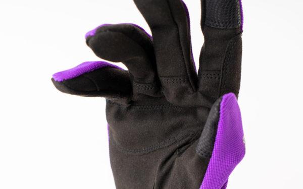 rh-100-lila-nahaufnahme-finger-innen